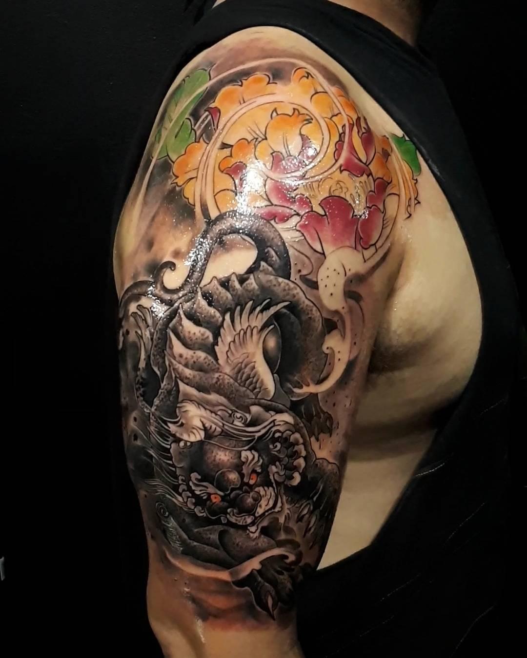 纹身作品                        邢先生大臂森林系写实猫头鹰纹身