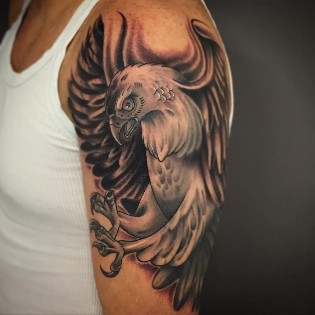 益先生大臂写实鹰纹身图案