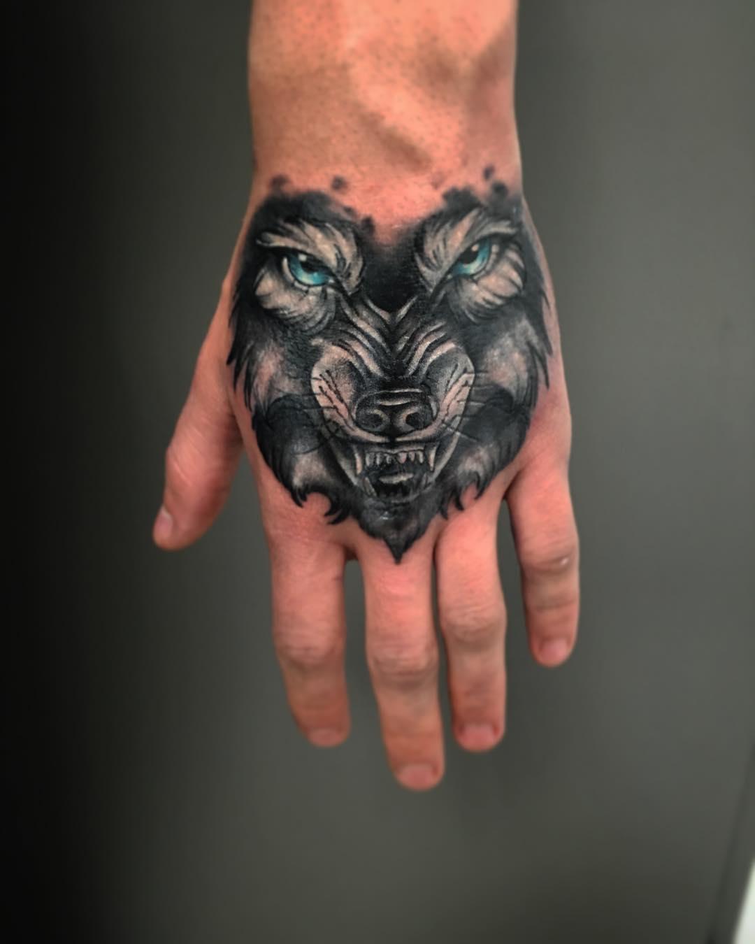 搞化工品的邵先生手背狼纹身图案