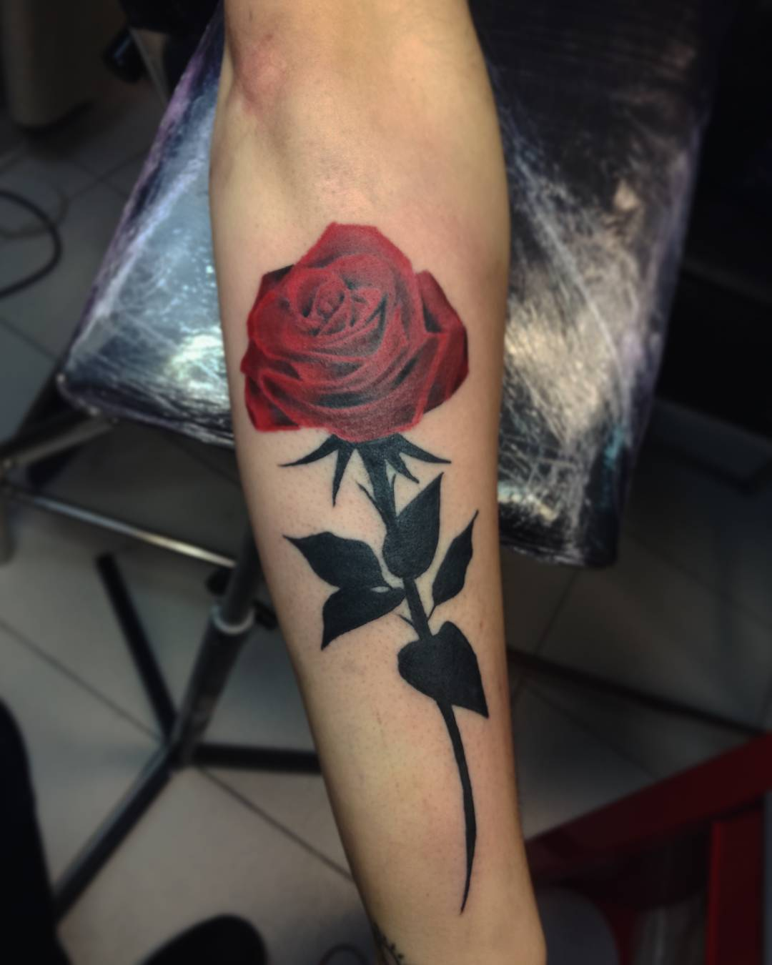 小臂写实玫瑰纹身图案                      搞化工品的邵先生手背狼图片