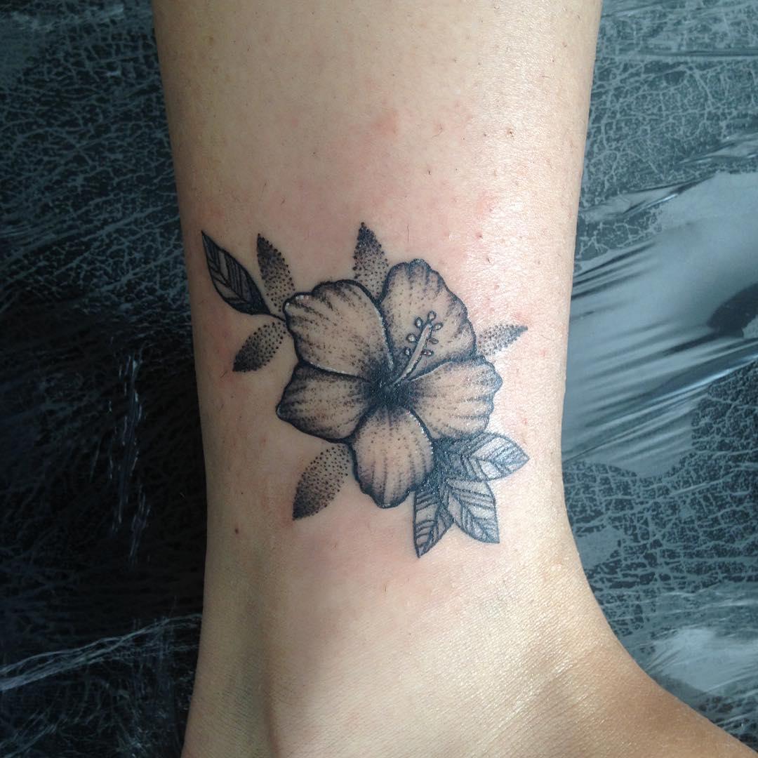 卖绿萝的鲍小姐脚踝木槿花纹身图案